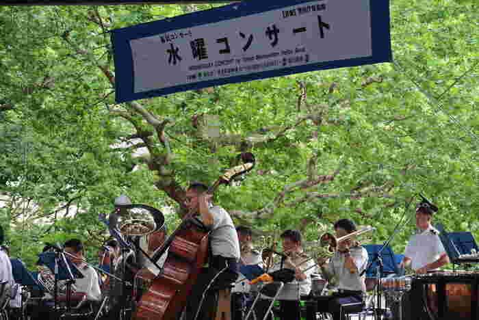"""""""日比谷公園=野外音楽堂""""をイメージする方も多いのではないでしょうか?イチョウ、つつじ、ハナミズキなどたくさんの草木に囲まれた開放的な中で聴く音楽は最高です。1905年(明治38年)に完成した日本最初の野外音楽堂で、警視庁の音楽隊が毎週水曜日に無料で「水曜コンサート」を開催しています。"""