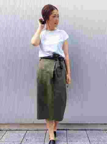おなか周りが気になる方におすすめなのが、ウエストにリボンがついたデザインのもの。リボンがポイントになって、ぽっこりおなかも気になりません。 無地の白いTシャツも少しタイトめなシルエットのミドル丈スカートにINすることで、落ち着いた大人の女性の印象に。