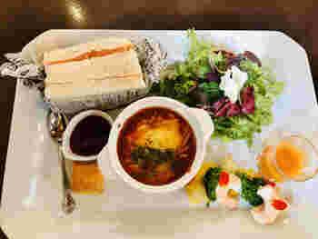 ランチタイムは、サラダや前菜、グラタン、サンドイッチ、ベリージャムを添えた小さなスコーンが盛り付けられた「ガーデンプレートランチ」が人気です。どれも手が込んでいて、一度にいろんな味わいが楽しめます。