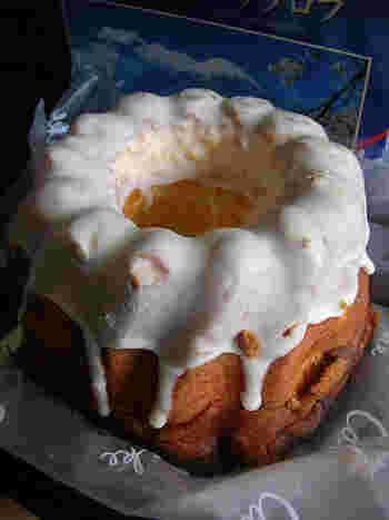 クグロフは、斜めにうねりのある独特の型を使って焼き上げるお菓子で、マリー・アントワネットの好物であったことでも知られています。名前の由来は、僧帽にまつわるものなど諸説あり、フランスのアルザス地方のほか、スイス、ドイツ、オーストリアなどでも食べられているそう。