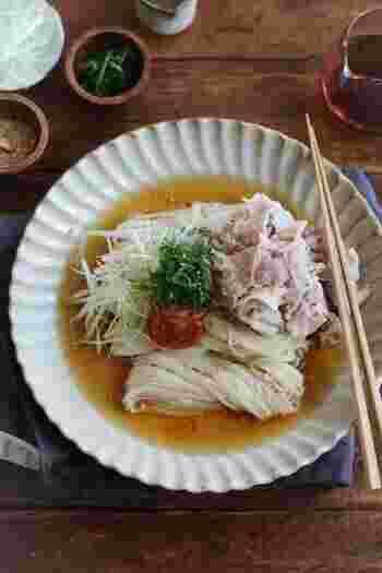 豚しゃぶと香味野菜をたっぷりと合わせていただく冷たいそうめん。梅干しを崩しながらいただくと、暑さの厳しい日でもするすると食べられます。