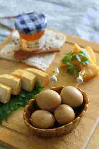 うずらの卵の水煮から味付け卵を作ることもできます。こちらは、にんにく味噌味。1日漬けたあとが食べごろなのだそう♪お弁当やおつまみなどにもぴったりの、しっかり味レシピです。