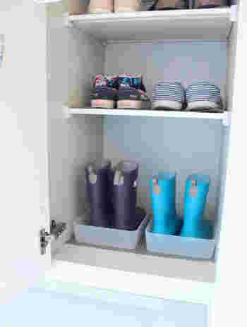 長靴や子供用の靴など、汚れやすい靴はトレーに入れて収納。棚をきれいに保つことができます。