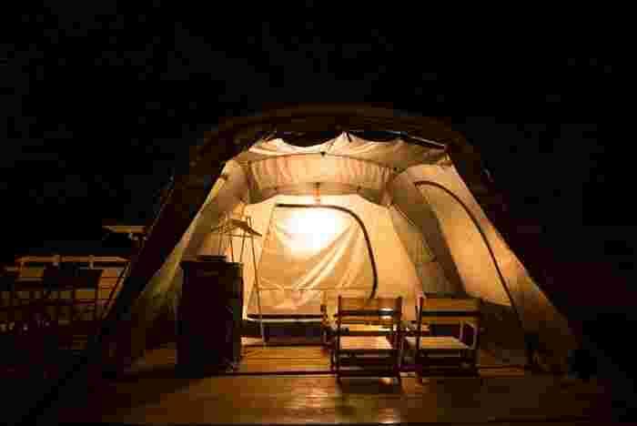 都会で見ることのできない空を眺めたら、きっと一生の思い出になりますね。お天気の良い日に泊まりたくなるテントです。