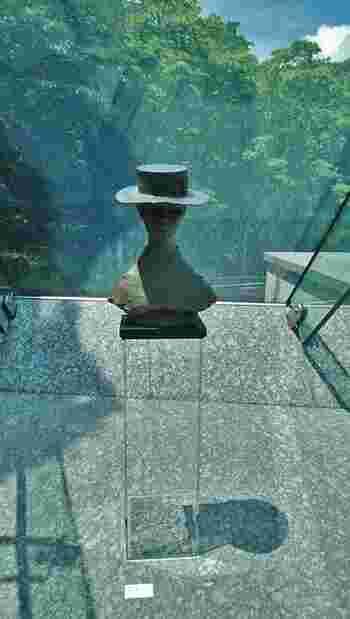 全てのミュージアムを周っては、本来の旅の目的を失ってしまいますので、訪れるのであれば、混雑の有無、アクセス等は度外視して、好みの、あるいは直感的に惹かれるミュージアムへ足を運んでみましょう。  【「ポーラ美術館」館内に展示されている佐藤忠良作『カンカン帽 1975年』】