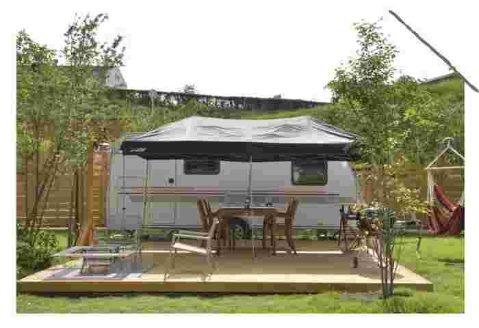 こちらのトレーラーハウスは、コンパクトに設備がぎゅっと詰められており、その機能性の高さには驚かされてしまいます。テントよりも頑丈なので、お天気が悪くても快適なキャンプが楽しめます。
