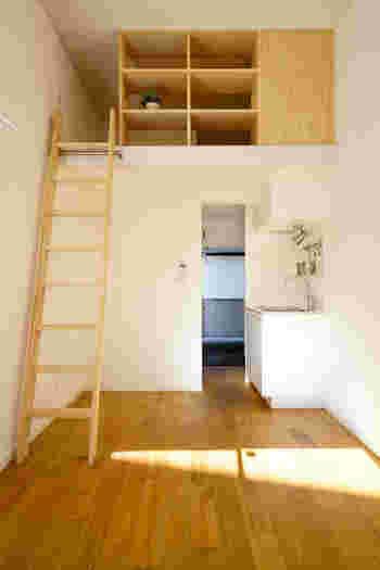 建築基準法でも決められている通り、ロフトの上り下りは基本的に「はしご」を使います。 両手を使うので、急いでいる時や体調が良くない時などにか少し面倒に思うかもしれませんね。