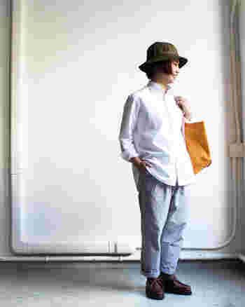 """ホワイトシャツにテーパードパンツを合わせて。第一ボタンをあけたカジュアルな着こなしも""""きちんと感""""が漂います。"""