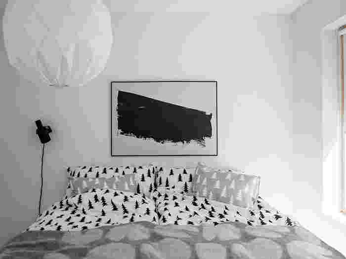 モノトーンのベッドルームも素敵ですよね。まるで、映画の主演女優になったつもりで、ポーズをとってみるのも楽しそうです。寝具は同じ柄でも色違いのアイテムを選ぶだけでも、おしゃれ度がアップします。