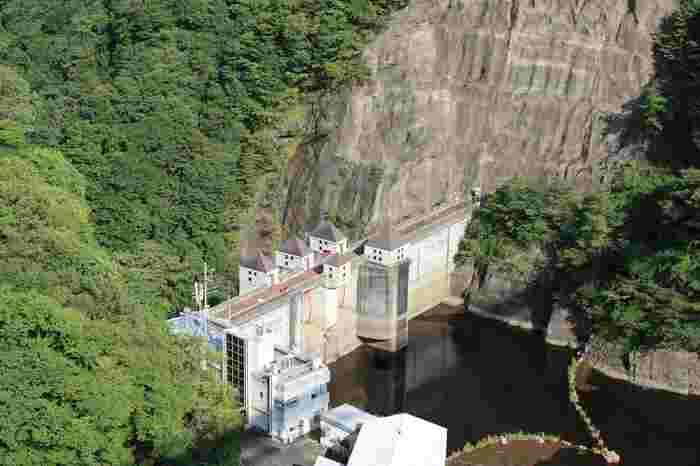 ダム湖面よりの高さは100m、その圧巻の眺めは息をのむほどです。