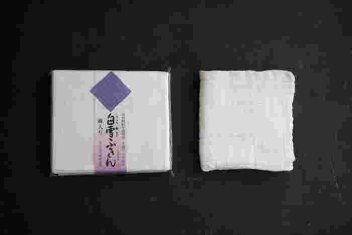 奈良県で蚊帳製造業を営む垣谷繊維が、蚊帳生地を裁断する際に生まれるハギレを重ねて作ったのが、こちらの白雪ふきんです。綿の強度とレーヨンの柔らかさがそれぞれしっかり活かされていて、使い込むほどに柔らかくなっていくのが特徴です。
