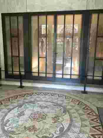 モザイクタイルのアートな床も素敵ですね。