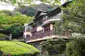 「鎌倉文学館」の建物は、旧前田侯爵家の別邸。寄贈された鎌倉市が、昭和60年以降「鎌倉文学館」として活用しています。  本館は、国の登録有形文化財。本館内には、川端康成、大佛次郎、里見弴、久米正雄、小林秀雄、吉屋信子等などの鎌倉ゆかりの文学者の資料が展示されています。  瀟洒で重厚なこの洋館は、近代の鎌倉別荘建築の中でも大規模。また内部も、意匠を凝らした照明器具や建具等見所が沢山あり、貴重な文化遺産となっています。