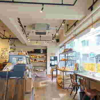 お店の中は明るく開放的。パンと同じように内装も、自然のものにこだわっています。そんなこだわりが詰まった空間を、天然酵母と国産小麦で作られた香ばしいパンの香りが包みます。