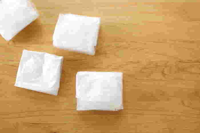レジ袋と言えば三角折りする方も多いようですが、四角に折りたたむと収納するときに収まりが良く便利です。慣れると数秒でパパっと畳めちゃうので、畳み方を覚えておくといいですよ♪