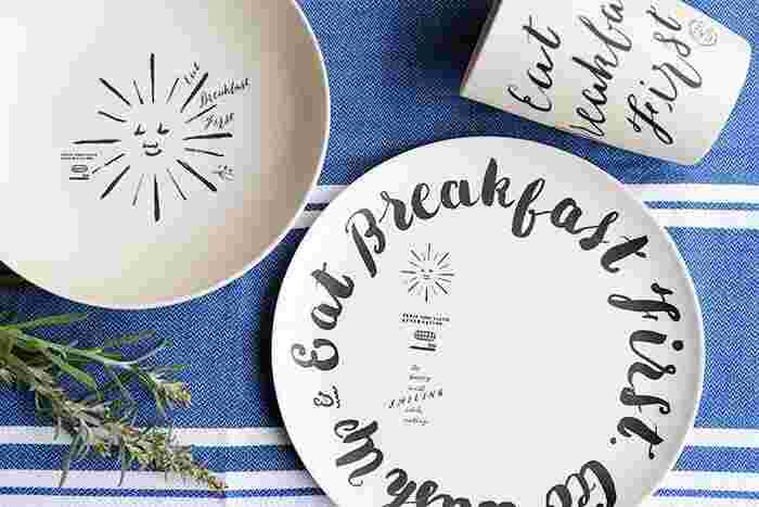 カフェ風の手書きデザインがおしゃれな「チョークボーイ」の食器シリーズ。竹をパウダー状にして樹脂で固めたバンブーファイバー製なので、軽くて割れにくく、アウトドアに持ち出しても安心です。BBQやホームパーティの取り分け皿にも活躍しそう。