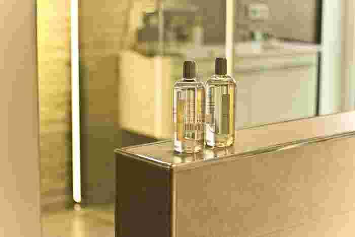 化粧水や乳液など瓶やボトルに入っているアイテムは、取り出す時にどうしても手に触れてしまいます。どんなに綺麗な状態を意識しても、細かなタオルの繊維などをすべて防ぐのは難しいものです。見た目で気になるときはもちろん、気にならなくても定期的に軽くふき取る様にしましょう。ふき取るときは濡れたタオルなどではなく、乾いた状態のコットンなどを使ってくださいね。