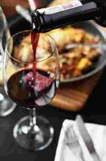 お酒は専門的な知識がないからなどと尻込みしないで、ぜひワインを選んでみて。たくさんの味わいがあるだけに、料理もいろいろと幅広く合わせることができる、とても懐の深いお酒です。新しい仲間や旧知のメンバーと、同じボトルのワインで乾杯!そしてワインによく合う料理を心ゆくまで堪能できる、そんな都内のお店をご紹介します。