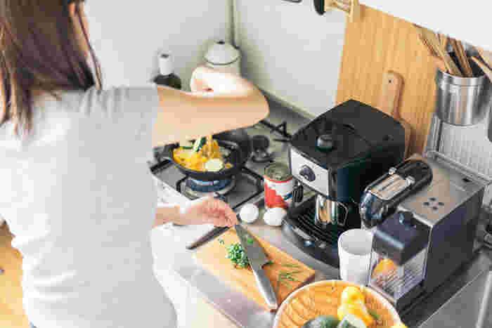 キッチンでは食材をカットしたり仕分けたりする作業スペースも重要。 最低でもまな板1枚分のスペースは死守したいところです。 カッティングボードやフライパンを小さなサイズにしたり、一度に食べ切れる量だけ作ることで用意する食材を少なくするなど工夫してみましょう。