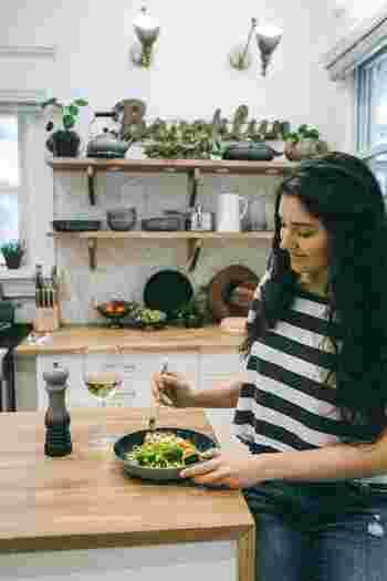 お昼は代謝が高くなりやすい時間帯です。カロリーを気にしすぎず好きなメニューをおいしく食べて、ストレスをためないようにしましょう。栄養バランスにが偏らないように気をつけることを忘れずに。夜はエネルギー消費が少ないので、魚や大豆などのタンパク質や食物繊維をしっかり摂ると良いでしょう。