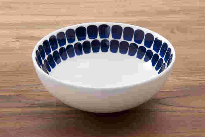 内側のみの深い青の模様が、落ち着いていてとてもおしゃれ。 アラビアらしいデザインの食器です。 白ベースの器なのでどんな料理にも合い、お皿を選ぶ際にはつい手が伸びてしまいます。