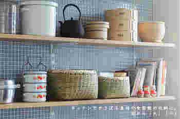 """竹製品づくりが盛んな新潟県佐渡島で、「七成篭(しちなりかご)」と呼ばれる""""かご""""があることをご存知ですか? この""""しちなりかご""""は、胴の部分がコロンと膨らみ、口がやや内側に向かって編み込まれているのが特徴。 胴と縁の部分には、それぞれ異なる竹が使われ、縁部分は 「矢筈(やはず)巻」という三つ編みのように見える巻き方で仕上げられていて、見た目の可愛らしさだけでなく、丈夫な仕上がりに!"""