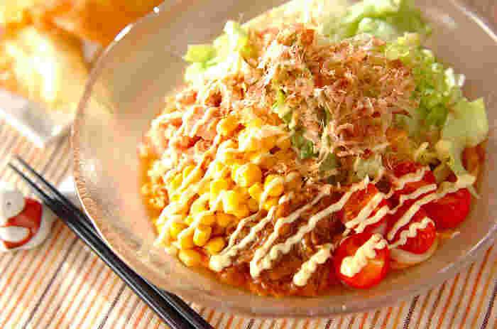 茹でたうどんにお好みの具材をのせて作るサラダうどんは、これからの暑い季節には勿論、サッパリ食べたい時にもおすすめです。トマト、コーン、レタス。栄養バランスもバッチリで、彩りもとってもキレイな一皿は食べ応えも抜群です。 具材とうどんを絡めながら、豪快にどうぞ!