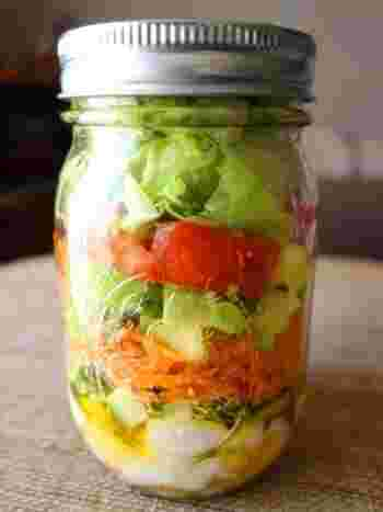 鶏ささみ、野菜、卵が入って栄養バランスもばっちり♪お弁当に添えても、ボリュームがあるのでこれだけでサラダランチにしても良さそうです。 ドレッシングを馴染ませるため、食べる前にジャーを上下に振りましょう!
