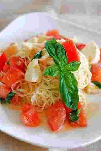 イタリアンの王道、カプレーゼを冷製パスタに。モッツァレラチーズとトマト、バジルの爽やかな香りでいただくカッペリーニです。