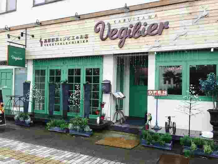 軽井沢駅から歩いて5分ほど、雲場池に向かう途中にある「KARUIZAWA Vegibier(軽井沢ベジビエ)」は、その名の通り、野菜とジビエがいただける人気店。