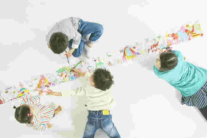 こんな風にびよーんと長い、ロールタイプは「自分のエリア」が決めやすいので、「どこを塗るか?」や「邪魔された!」といった子供のケンカにもなりにくい点も、ママに嬉しいポイントの一つかも♪ また、必要に応じて好きな長さにカットしやすいのもいいですね。  木が上へとのびていく背比べにピッタリな縦型デザインと、動物たちがユーモラスに行進する横型デザイン(画像)の2種類があるので、用途やシーンによって選んでみてくださいね。
