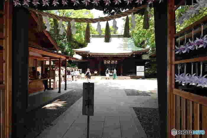 広い境内は清々しい空気に包まれています。喧噪から離れて静かにお詣りをすると、心が洗われたような気持ちになります。