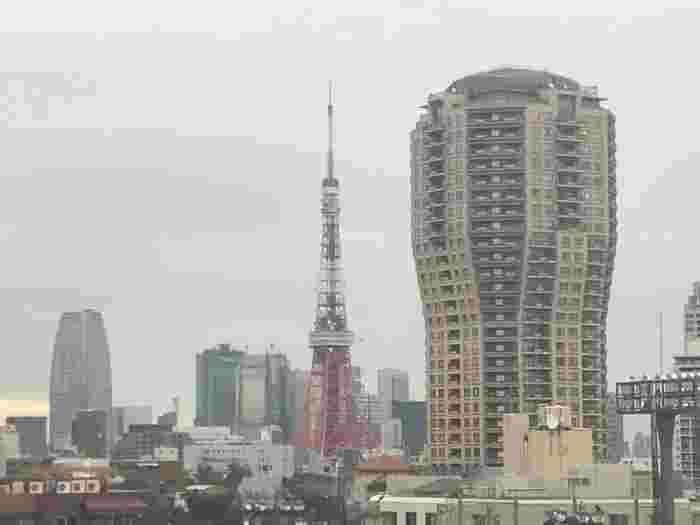 5階にあるカフェテリア。窓からは東京タワーも眺めることができます。頭が疲れてきた時にぼんやり眺めるだけでもリラックスできますね。