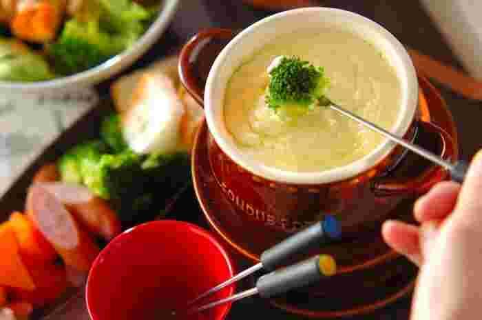 基本のチーズフォンデュでは、白ワインを使用しますが、お子さまも一緒に楽しむ時には、ワインの代わりに牛乳を使用。チーズのコクと牛乳のまろやかさが、どんな具材とも良く合います。