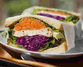 こちらの色鮮やかなサンドイッチの中には、何と「がんもどき」がサンドされています。和の食材をとパンの組み合わせが斬新で、一度食べてみる価値ありですよ。