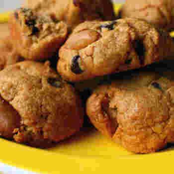 落花生がごろっと入った、食べ応えのあるクッキーのレシピです。生落花生はオーブンで焼いてから殻を剥きます。半分はそのままで、半分はすり鉢ですり潰し、形を変えて生地に練り込むのがポイント。落花生と相性の良いチョコも入った、プレゼントにもおすすめの手作りお菓子です♪