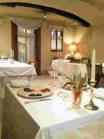 レストランは、暖炉側とテラス側の2つのタイプ。こちらは暖炉側の席で、落ち着いた照明のゆったりとした空間です。記念日のお食事にもおすすめ。