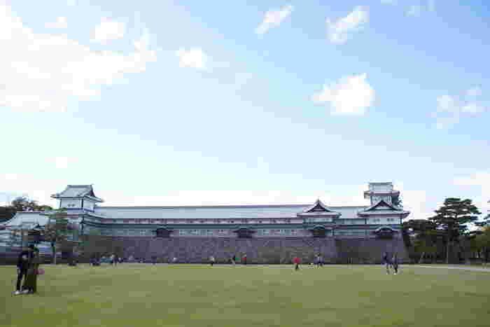 やがて時代が遷り替わり、明治4年(1871年)に廃藩置県が行われ、金沢城は廃城となりました。しかし、第二次世界大戦の戦禍を免れた金沢城跡は国の史跡に指定され、現在は金沢城公園として整備されています。