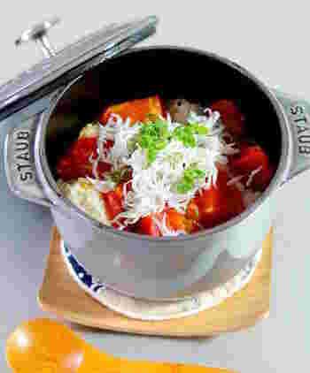 トマトの炊き込みご飯に、春に旬を迎える釜揚げしらすをたっぷり載せて。