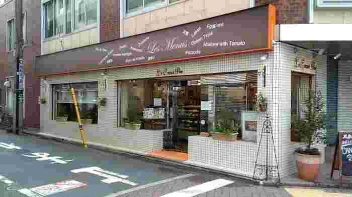 荻窪駅からすぐのところにある「Le Coeur Pur(ル クール ピュー)」は、野菜が主役のフランス菓子がいただけるお店です。オーナーシェフは、パリやニースなどで経験を積んだのち銀座マキシム・ド・パリやウェスティンホテルなどで腕を磨いた経歴の持ち主。ベジスイーツは、テイクアウトとイートインどちらもOKです。