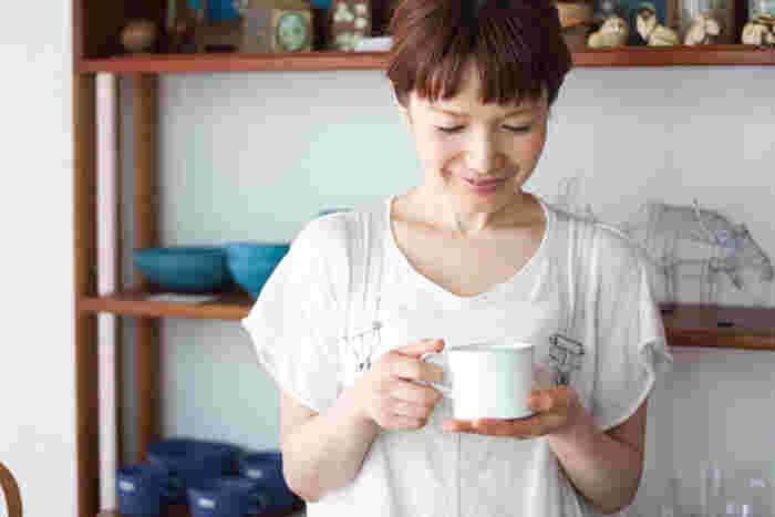 滝沢さんが手にしているのは、オープン当初から取り扱っているスウェーデンの陶芸家ヨナス・リンドホルムのマグカップ