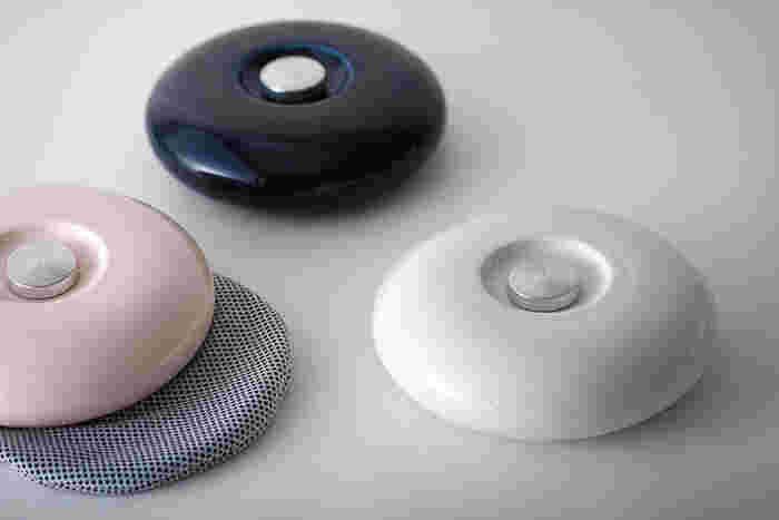 こちらは、磁器素材の湯たんぽです。磁器で作ることで減圧に耐えうる凸凹が必要なくなったため、なめらかな形状が実現したのだそう。世界3大デザイン賞の一つといわれる「Red Dot Design Award」で受賞歴もあるアイテムです。手触りや抱き心地にこだわる方におすすめ♪