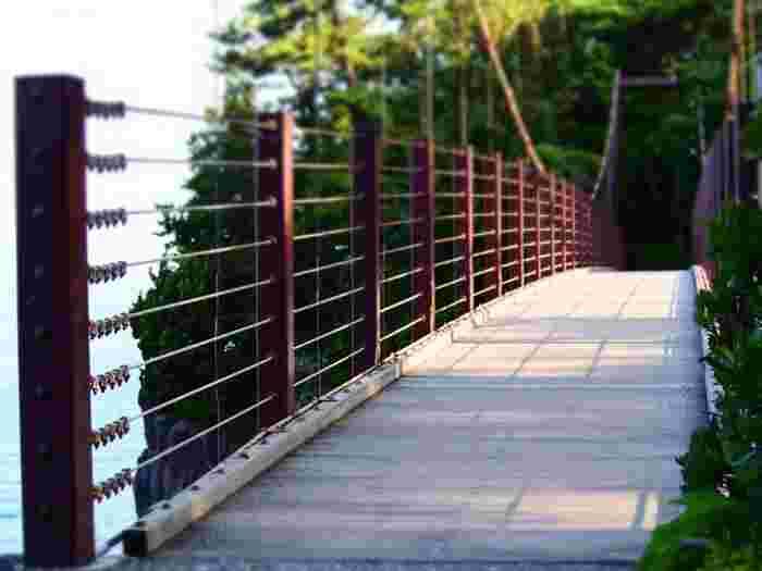吊り橋と言ってもしっかりとした作りだから、怖がりさんでも大丈夫。橋の上からは絶景が眺められます。