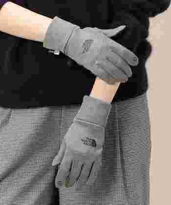 ウィンターグッズで不動の人気の「ザ・ノース・フェイス」はアウトドアブランドでありながらデザイン性も高く、すっきりとしたフォルムの手袋が毎年大人気。こちらの手袋は、スマホ対応仕様で、左右の手袋を連結できるので携帯に便利ですし、紛失防止にもなるという機能性も嬉しい手袋です。