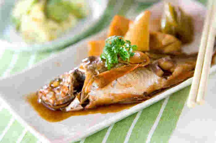 """こちらは春に旬を迎え、""""春告魚(はるつげうお)""""とも呼ばれる「メバル」を使った料理です。身が柔らかくて味が染み込みやすいメバルは、煮つけにぴったりの食材です。筍とフキを加えて、木の芽を添えれば春らしい一皿に。熱いまま取り出すとメバルの身が崩れるので、少し冷ましてから器に盛り付けるのがポイントです。"""