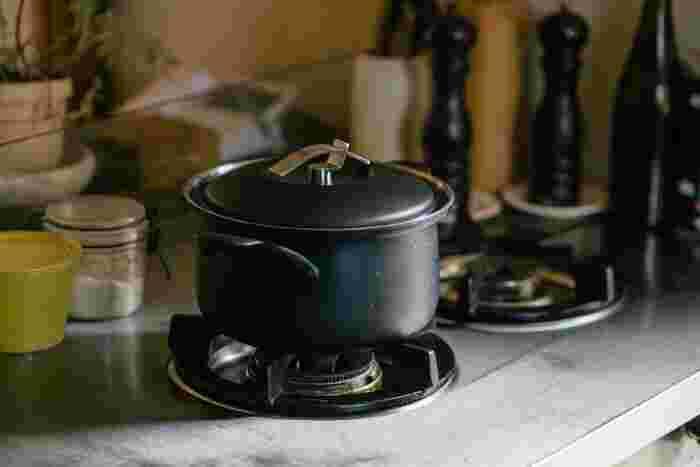 ステンレス鍋の生産地である新潟県燕市から生まれたFD STYLE。軽くてコンパクトながらしっかり容量があり、IHに対応しているのも嬉しいポイント。海外製品のようなスタイリッシュさがあり、キッチンインテリアとしても絵になります。