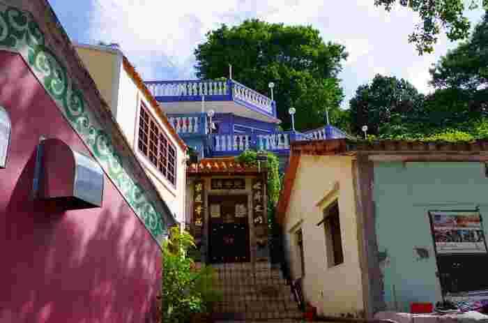 建物には、赤・青・緑・黄色などさまざまなカラーが使用されています。マカオ半島の優美な教会とは違った、素朴な美しさがありますよね。コロアネ村にはこのほかにもかわいい建物がたくさんありますので、写真を撮る手が止まらなくなってしまうはず。