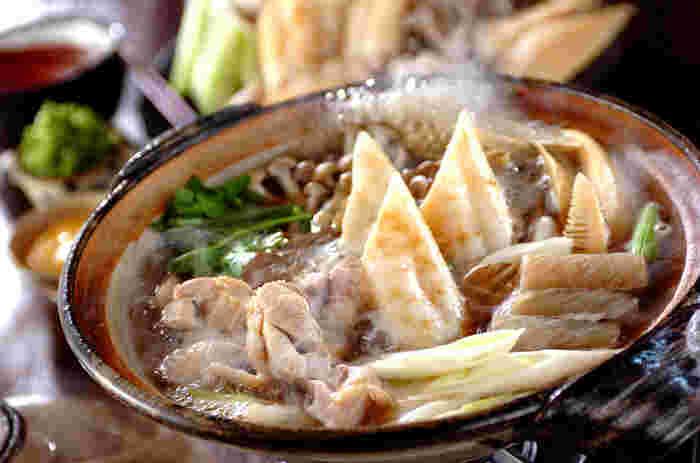 「きりたんぽ鍋」は、秋田の比内地方が発祥です。本来は鶏だしを使う鶏鍋で、炊いた米をねばりが出るまでついて杉(秋田杉)の棒に巻き付けて焼いたきりたんぽを入れて楽しみます。米どころであり、比内鶏でも知られる秋田らしい郷土鍋です。