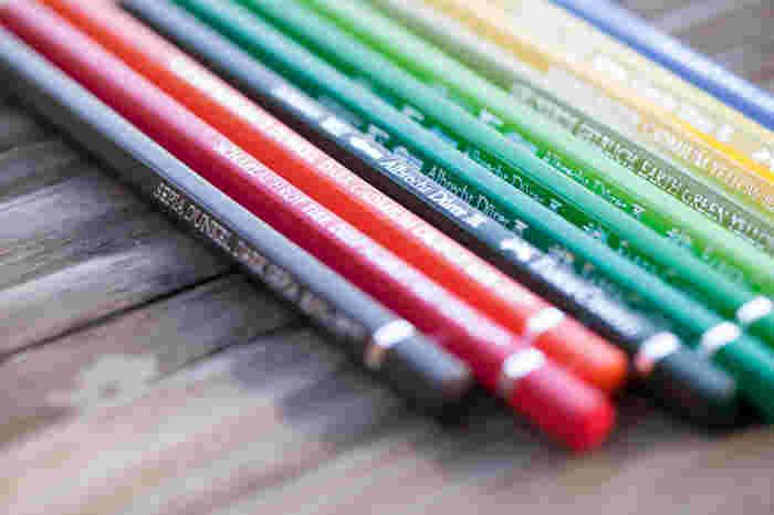 同じメーカーで、水性と油性の色鉛筆を両方そろえる方法もありますよ。こちらは、1700年代から鉛筆製造における歴史を紡ぐ、名門「FABER-CASTELL(ファーバーカステル)」の製品です。