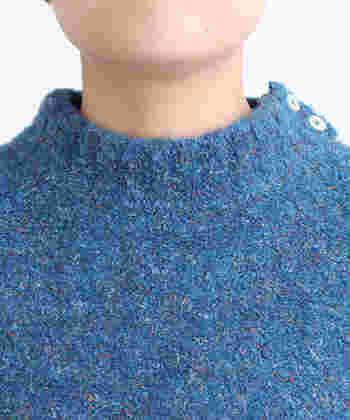 「タートルネック未満」なモックネック。スッと立ち上がった襟元が、着こなしにモードな香りを漂わせます。嬉しい小顔効果も。